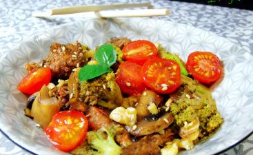 Wok de carne vegetal, brócoli, champiñones y nueces al estilo oriental